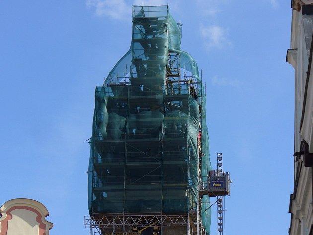Věž svatého Ducha nyní zčásti zakrývá lešení.