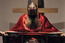 Vánoce v Jezdovicích na Jihlavsku. Na snímku je otec Jeremiáš Cvak při bohoslužbě v tamním chrámu řecké pravoslavné církve svatého Jana Šanghajského.