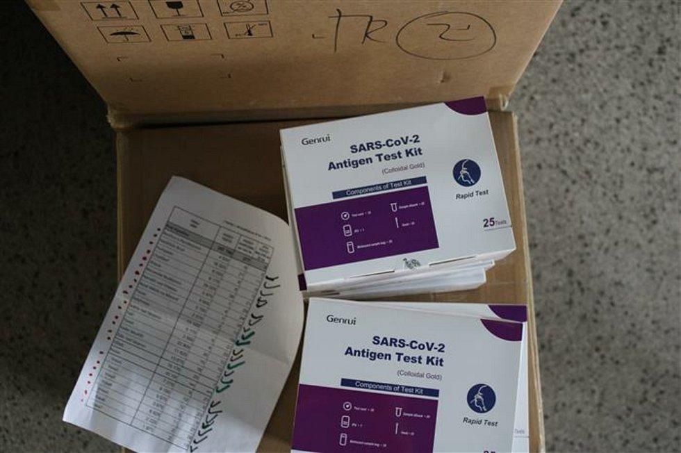 Kraj do konce týdne rozveze do všech školských zařízení okolo dvou set tisíc testů.