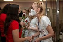 Zástupci jihlavské polytechniky zavítali na Mezinárodní den sester, který připadá na 12. května, do všech krajských nemocnic, aby předali symbolickou růži jako výraz díků a zároveň přání všeho nejlepšího sestrám konajícím službu.
