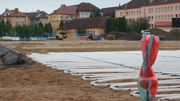 Stavba vyhřívaného trávníku zatím připomíná spíše pláž.