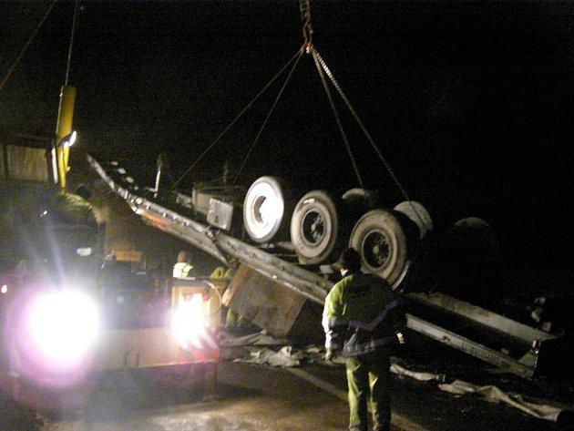 Další život vyhasl na dálnici D1. U Jihlavy se střetly dva kamiony, když jeden z nich prorazil svodidla a přejel doprotisměru. Řidič českého kamionu byl na místě mrtvý.