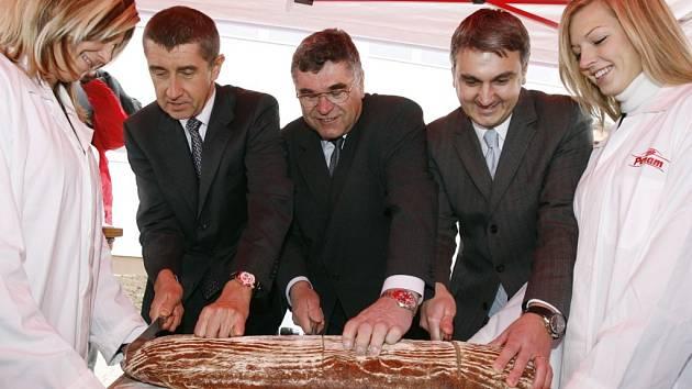 Andrej Babiš (první zleva) na snímku z listopadu 2007 při otevírání automatizovaného provozu pekárny Herink v Praze. Babiš je generální ředitel společnosti Agrofert holding, která se snaží využít situace v družstvu ve Vilémově a majetkově ho ovládnout.