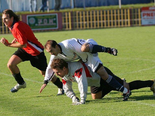 V atraktivním derby nebyla před oběma brankami (úplně dole brankář třebíčské juniorky Petr Koubek) nouze o zajímavé situace a momenty. V očekávaném zápase se zrodila gólová přestřelka, která vygradovala v samotném závěru.