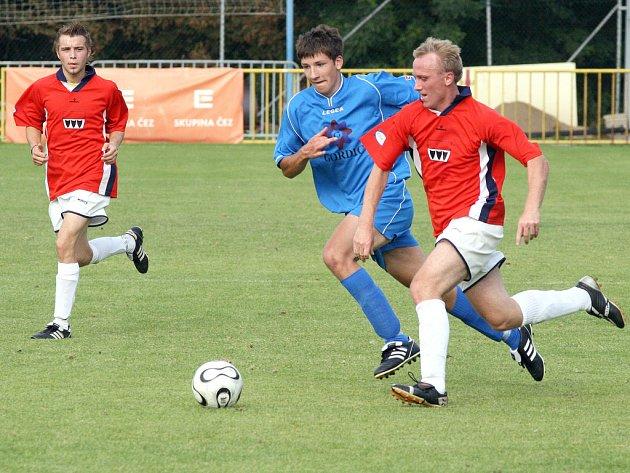 Druhé třebíčské derby obstaraly fotbalisté Hartvíkovic a Moravských Budějovic (uprostřed). Lídr krajského přeboru zvítězil 2:1, když o třech bodech rozhodl až deset minut před koncem.