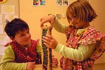 Děti v novém. Dětí z Dušejova, úplně malé i ty větší , domácí i z okolních obcí, si hrají a zkoumají nové prostředí. O patro výš na ně čeká nová ložnice, když je třeba si trochu odpočinout.