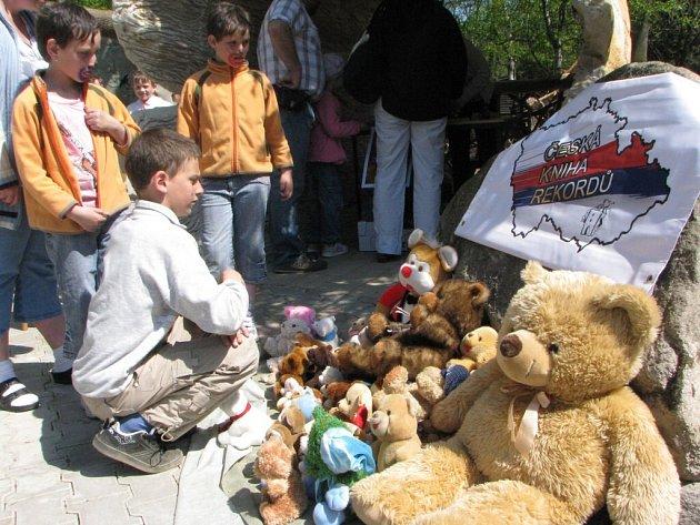 Lidé přinesli do zoo  přes 800 plyšových medvídků.