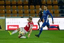 Jihlavští fotbalisté (v modrém) se poměří s Pardubicemi, které v říjnu minulého roku na domácím hřišti porazili 3:2.