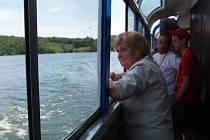 Od zahájení provozu lodní dopravy na Dalešínské přehradě na Třebíčsku uplynul už měsíc. Místní jsou spokojení, o novou atrakci je obrovský zájem.