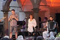 Jednou ze dvou prázdninových zastávek herečky a zpěvačky Báry Hrzánové vystupující se skupinou Condurango byla zastávka na Prázdninách v Telči.