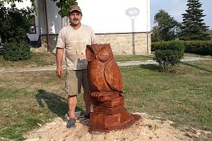 Řezbář Jan Hanz Štěbeták (na snímku) vytvořil na školní zahradě sochu sovy na knihách.