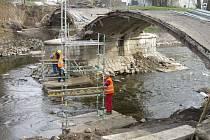 Secesní most dělníci opravují pouze vlastníma rukama.