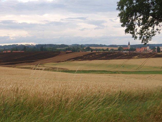 Takhle to vypadalo včera v Telči pár hodin po požáru travnatého pole nedaleko Hornomyslovské ulice.