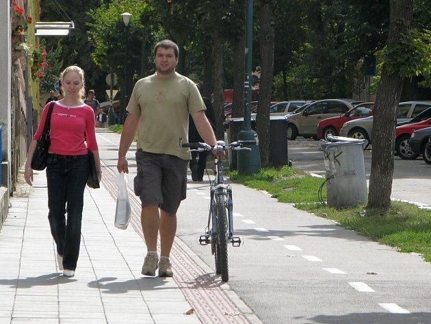 Kvůli historické zástavbě je cyklostezka v Tyršově ulici úzká.