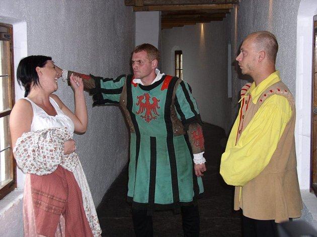 V sobotu a v neděli mohli návštěvníci hradu Roštejn absolvovat zajímavou prohlídku s rytířem Čeňkem a dalšími postavami z historie i současnosti.