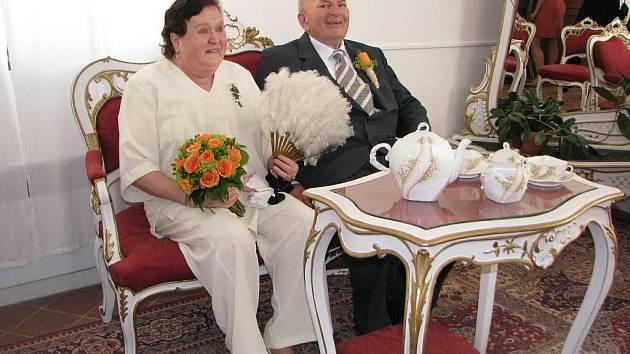 Pro nevěstu, sedmašedesátiletou Alenu Vondruškovou to byla druhá svatba, stejně jako pro jejího nastávajícího chotě, osmasedmdesátiletého Miroslava Krčála. Oba v předchozím svazku žili zhruba čtyřicet let.