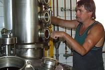 Jiří Smejkal připravuje v pěstitelské pálenici ve Stonařově destilační zařízení do provozu.