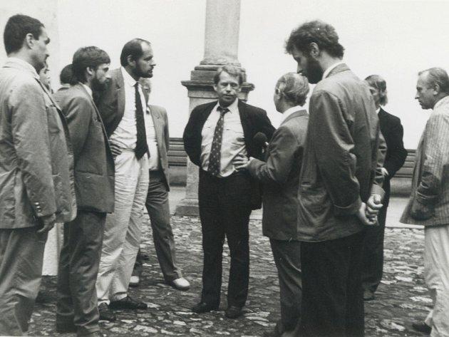 Nalevo od prezidenta Havla stojí tehdejší telčský starosta Václav Jehlička, zcela vlevo je kancléř Karel Schwarzenberg.