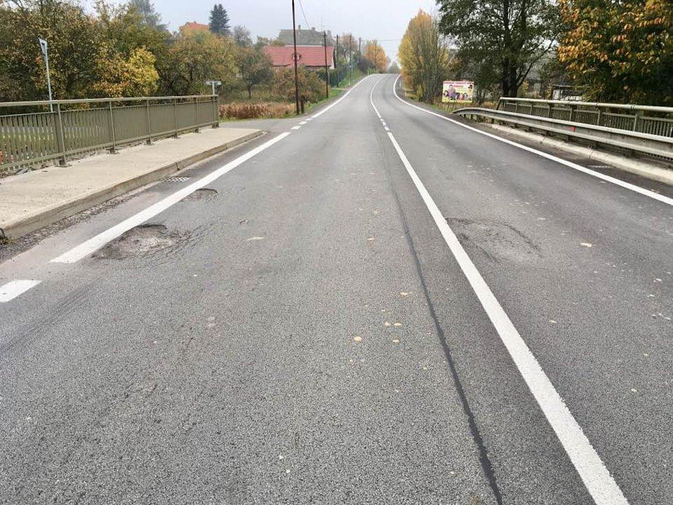 Na mostě v Prostředkovicích na Jihlavsku se objevily díry zhruba půl roku po celkové rekonstrukci silnice. Foto: Ivo Toth
