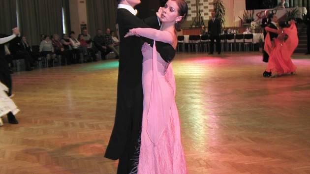 Tradiční taneční soutěž o Žďárský pohár letos poprvé doplní nejvyšší soutěž nazvaná Taneční liga. Na parketě v Domě kultury se v sobotu sejdou domácí i zahraniční páry.