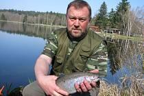 Pražský podnikatel Milan Budař (na snímku) chytil dalšího velkého pstruha. Volno má několikrát do roka, z toho dvakrát jede zachytat si na Plodový rybník.