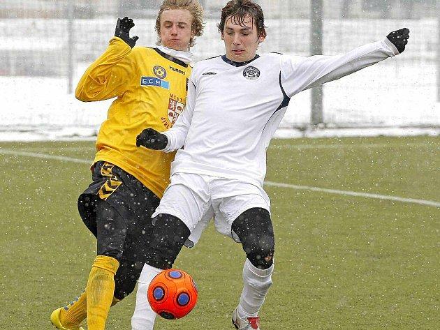 Starší dorostenci FC Vysočina (vlevo) si na východě Čech s dobrou formou netykali. Hradci Králové podlehli vysoko 1:6.