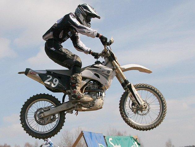 Jihlavský motokrosař David Kosmák se zabydluje v české špičce třídy do 125 ccm. Do elitní desítky se probojoval díky dvěma posledním vydařeným závodům v Třemošnici.
