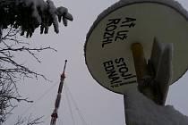 Ať už stojí. Přání nejednoho turisty, který si vyšlápne na nejvyšší vrchol v kraji, zatím zůstalo nevyslyšeno. Na vrcholku stojí pouze televizní vysílač, rozhledna je v nedohlednu.