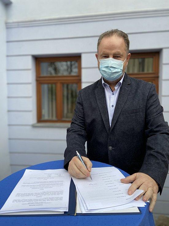 Koaliční smlouvu podepsal i Karel Janoušek z STO.