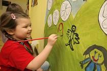 Stovky dětí se v těchto dnech vydávají poprvé přes školní práh. Kromě seznámení s chodem školy, učitelkami a prohlídek nazdobených tříd čeká malé neposedy také první životní zkouška, ve které předvedou své malířské, pěvecké, sportovní a studijní vlohy.