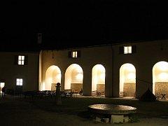 Hrad Roštejn má v noci své kouzlo.
