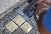 Pokládání kamenů zmizelých v Jihlavě v Mahlerově ulici.