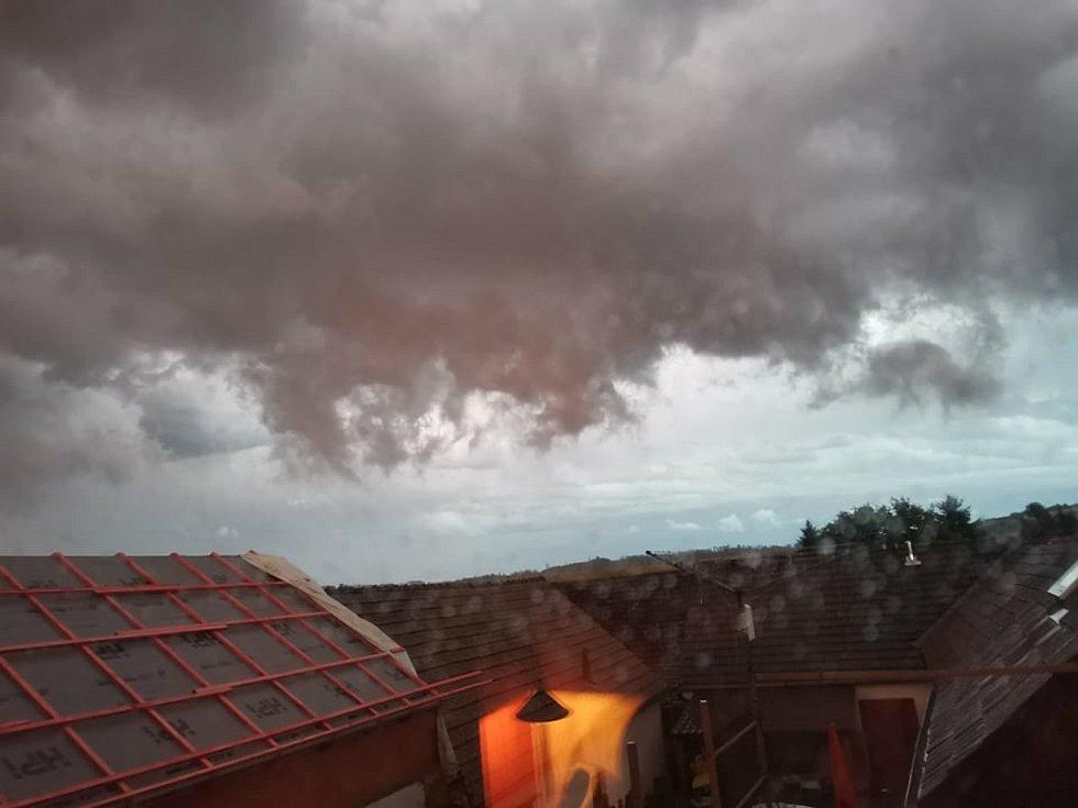 Bouřkové nebe v Hodicích.