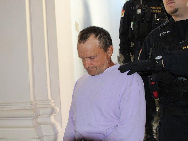 Na fotografii je obviněný Ukrajinec z pondělní vraždy na ubytovně v Humpolci. Okresní soud právě rozhoduje, zda ho pošle do vazby.