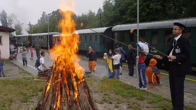 Parní vláček se na 4 hodiny zastavil v Třešti, kde hrála country skupina a opékaly se buřty.
