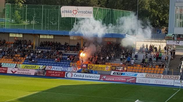 Při fotbalovém zápase použili domácí fanoušci zábavní pyrotechniku, od které vznikl požár.
