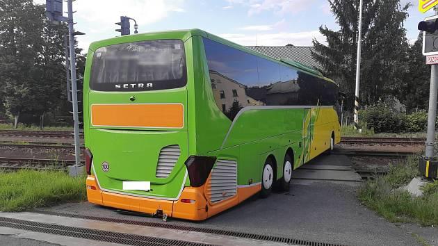 Autobus uvízl na železničním přejezdu, řidič chtěl objet kolonu na dálnici