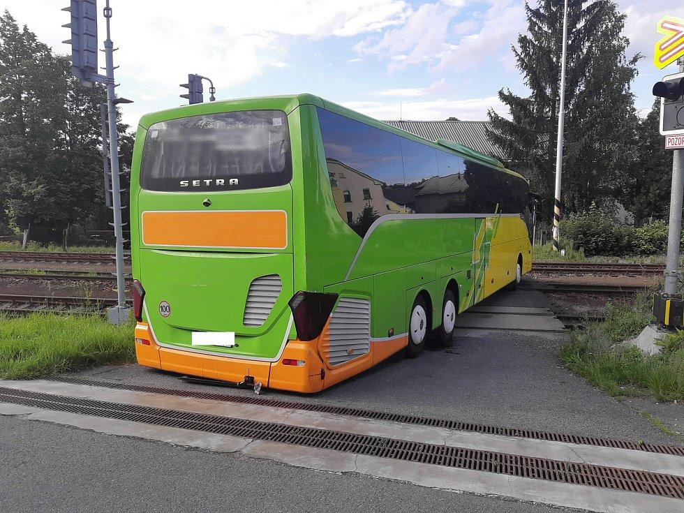 Uvízlý autobus na železničním přejezdu v Lukách nad Jihlavou.