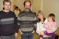 Lukáš, Jaroslav, Michaela a Šárka (zleva) chtěli slyšet v roce 2008 u třebíčského soudu argumenty lékařů přímo v soudní síni. Soud jim to ale zakázal.