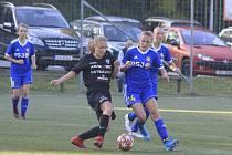 Jihlavské fotbalistky (v modrém) v příští sezoně MS ligy už nepovede hlavní trenérka Kateřina Valentová.