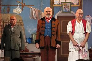 Herci Divadla Járy Cimrmana během divadelní hry Záskok.