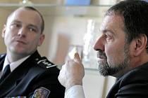 Ministr vnitra Radek John (vpravo) se o problémech s hledáním peněz na pitvy dověděl při páteční návštěvě Vysočiny. Praxi posledních měsíců mu potvrdil i krajský policejní ředitel Miloš Trojánek (vlevo).