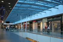 Pohled do hlavní pasáže nákupního centra