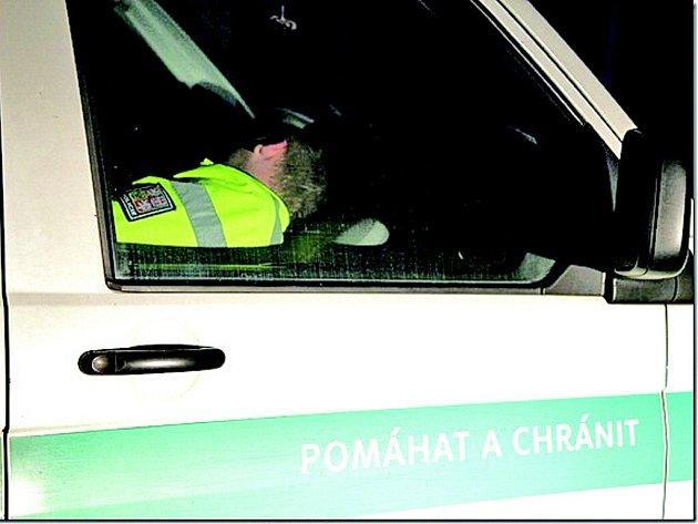 Spící policisty nevzbudily ani reflektory auta, ani intenzivní bušení do skel.