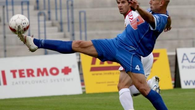 Jihlavští fotbalisté (v bílém záložník Rudolf Urban) by si měli dát velký pozor na jednoho z ústeckých stoperů Pavla Džubana (v modrém), který dohromady se svým kolegou z obrany Michalem Valentou nastřílel do sítě soupeře již devět branek.