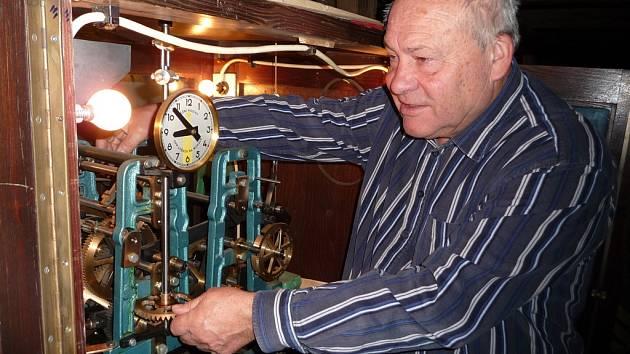 O stroj brtnických radničních hodin se Stanislav Jirků stará už od roku 2002.