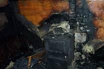 Požárníci z Polné na Jihlavsku a dobrovolní hasiči ze Štok bojovali s požárem zahradní chatky v Dobroníně.