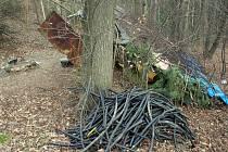 Místo s hromadou kabelů se nachází v lese nedaleko dálnice D1 u Pávova na Jihlavsku.