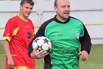 Dochytal bez rukavic. Gólman Petr Tuček svoje poslendní chvíle na hřišti coby aktivní hráč strávil bez brankářských rukavic.