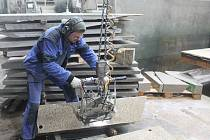 Práce u pily s otočným stolem patří ve firmě mezi ty složitější.